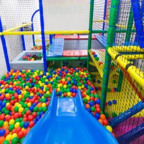 Tobogán y piscina de bolas